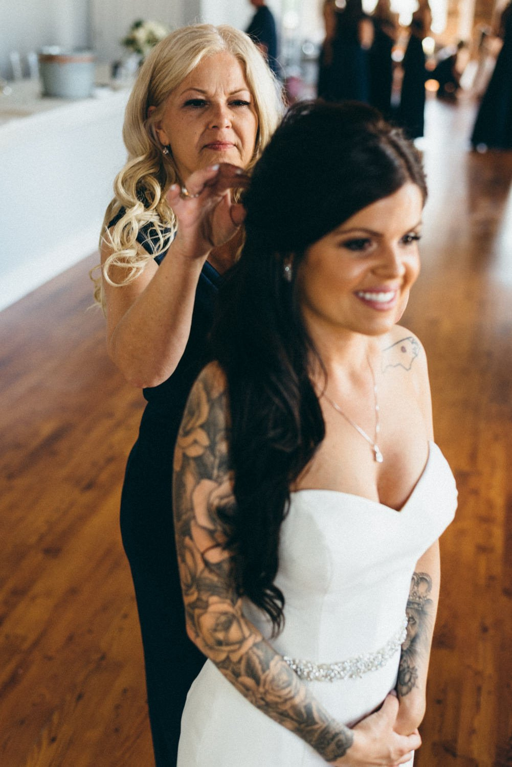bride and mother before Portland Oregon wedding